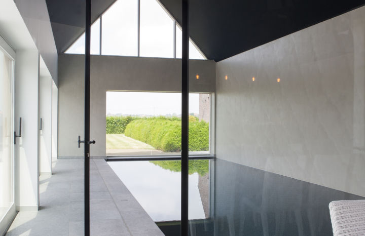 minimalistisch binnenbad met salen deur