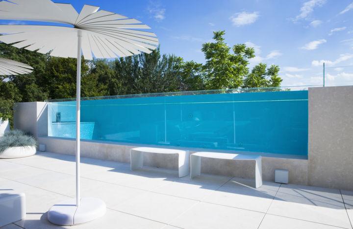zwembad glazen wand